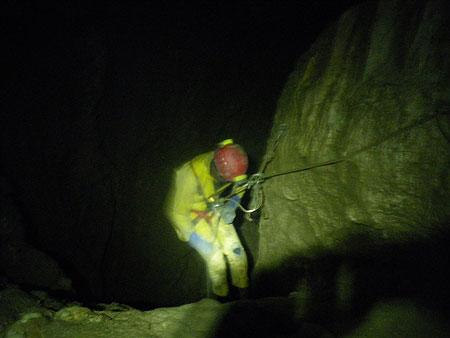 Vivien tente la descente sur une 12mm (photo: Laure)