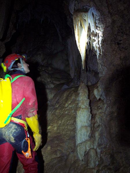 Une grotte magnifique, Maya en extase ! (photo: Kiki)