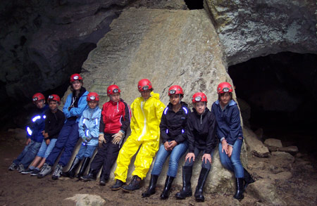 A l'entrée de la grotte, devant le rocher à Jean-Jacques Rousseau