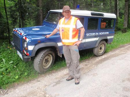 David devant le véhicule du secours en montagne de la gendarmerie française
